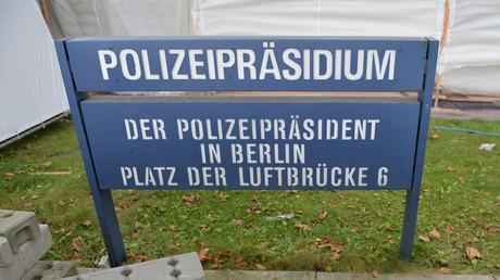 Am Platz der Luftbrücke prangt etwa auf dem Schild über dem Eingang: