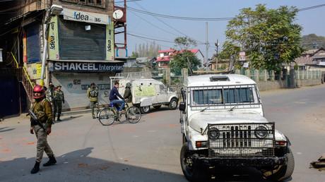 Paramilitärische Soldaten in Srinagar nach Zusammenstößen zwischen Demonstranten und Regierungstruppen, 29. Oktober 2019, Srinagar, Dschammu und Kaschmir, Indien.