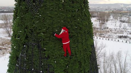 Symbolbild: Santa Claus erklimmt einen Weihnachtsbaum, Krasnoyarsk, Russland, 17. Dezember 2018.