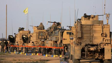 Soldaten und Fahrzeuge des US-Militärs am Al-Omar-Ölfeld im syrischen Deir ez-Zor