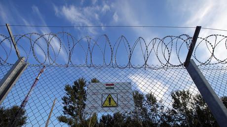 Ein Schild am Grenzzaun zwischen Ungarn und Serbien warnt Flüchtlinge vor dessen Beschädigung, Ungarn, 2. September 2016.