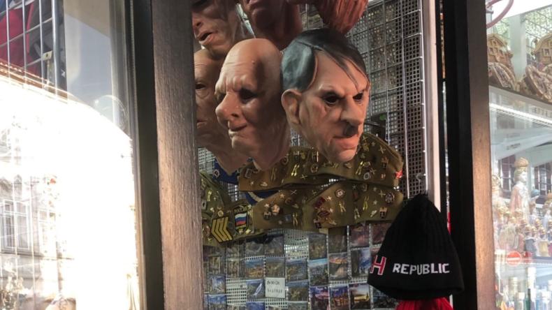 Hitler-Masken in Prag bringen deutschen Botschafter auf die Palme