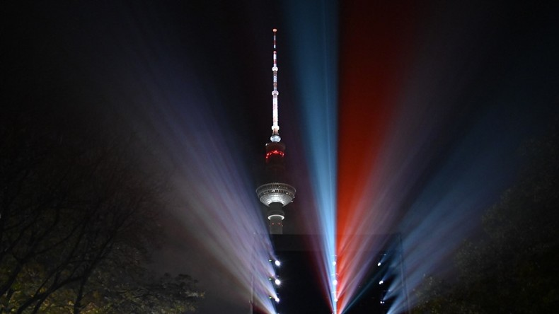 LIVE: 30 Jahre Mauerfall – Berlin Alexanderplatz durch Lichtinstallation illuminiert