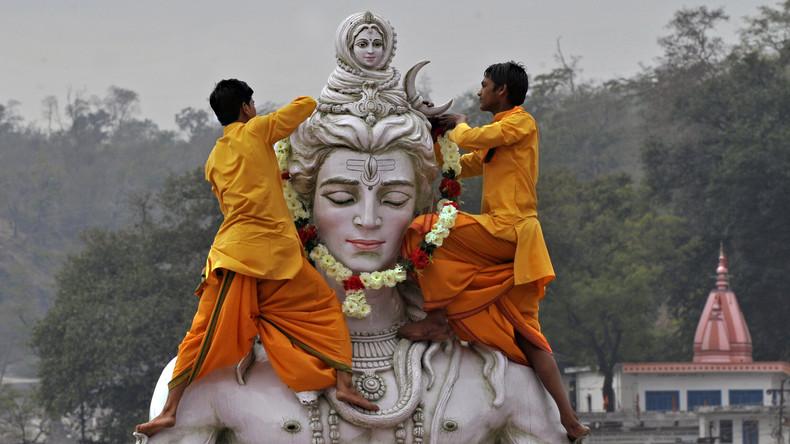 Smogalarm in Indien: Gläubige versehen hinduistische Götterstatuen mit Atemschutzmasken