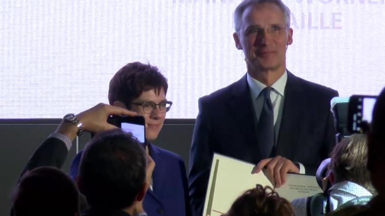 """Berlin: NATO-Generalsekretär erhält Auszeichnung für seinen Beitrag zu """"Frieden und Sicherheit"""""""