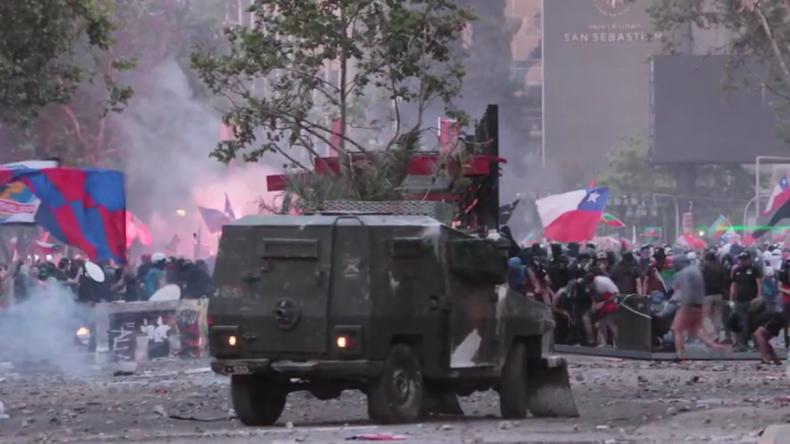 Chile: Zusammenstößebei Massenprotestenin Santiago – Universität in Flammen