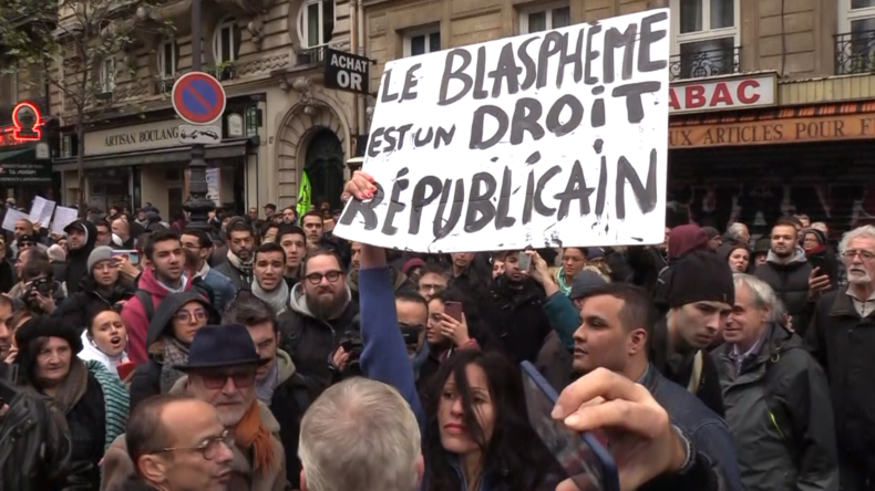 Paris: Aktivistin zieht bei Anti-Islamophobie-Protest in Femen-Manier blank
