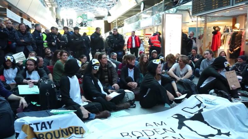 """Berlin: """"Einstellung aller Inlands- und Kurzstreckenflüge"""" – Klimaaktivisten besetzen Tegel"""