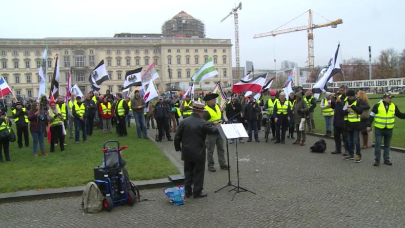 """Berlin: Gelbwesten-Reichsbürger demonstrierten gegen """"Mikrowellen-Waffen"""" – Gegenprotest behindert"""