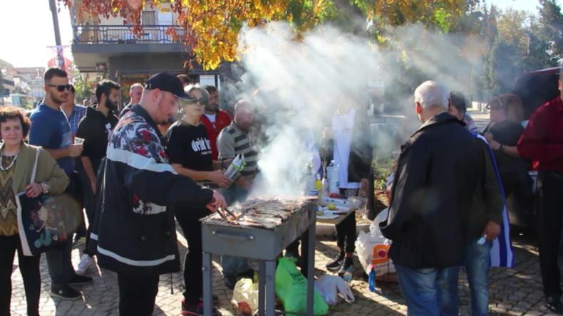 Griechenland: Nationalisten bei Grillparty mit Schweinefleisch und Alkohol vor Migrantenlager