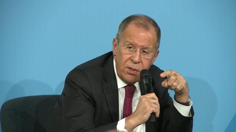 """Frankreich: Lawrow scherzt, dass Russland die US-Wahlen 2020 """"regeln"""" wird"""