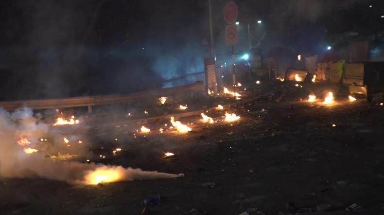 Hongkong: Wieder extreme Gewalt – Protestler verwandeln Uni in Schlachtfeld