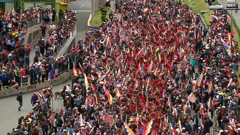 Bolivien: Morales-Anhänger strömen in Massen nach La Paz und erleben Zusammenstöße mit Polizei