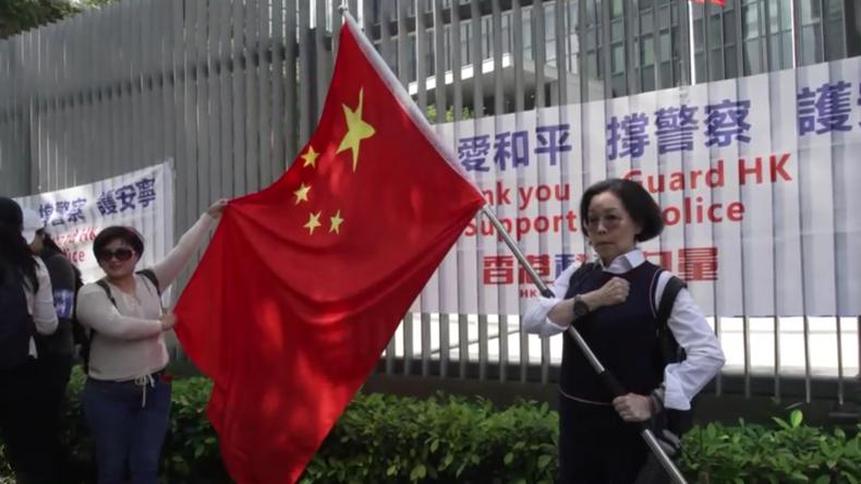 Hongkong: Pro-Peking-Demonstrantenzeigen außerhalb desRatsgebäudes Unterstützung für die Polizei