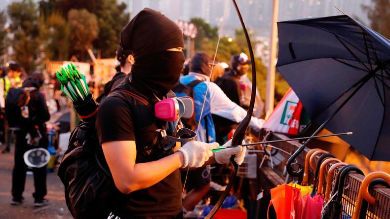 Zusammenstöße in Hongkong: Polizeikräfte werden mit Pfeil und Bogen angegriffen