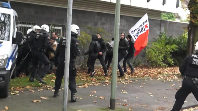 Duisburg: Zusammenstöße mit Pegida-Gegnern – Polizei setzt Pfefferspray und Schlagstöcke ein