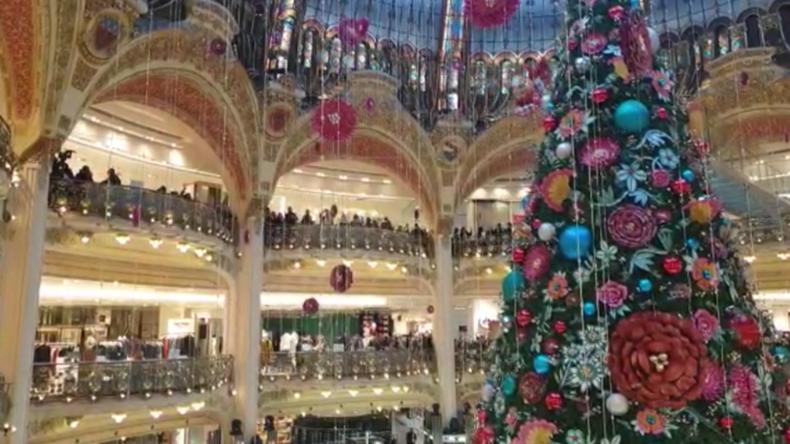 Gelbwesten besetzen zum 1. Jahrestag die Luxusmall Galeries Lafayette im Herzen von Paris