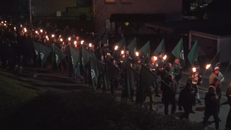 Gruselig: Neonazis veranstalten Fackelmarsch für Hitler-Stellvertreter Rudolf Heß in Bayern
