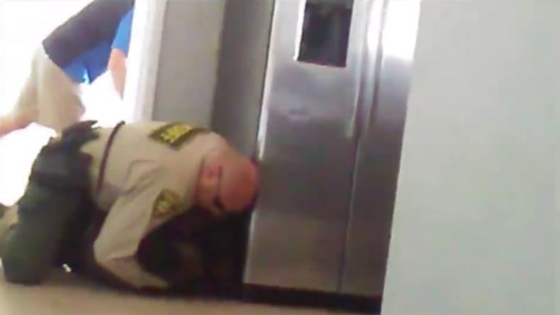 USA: Polizist ringt brutal 15-Jährigen zu Boden, der weder Arme noch Beine hat