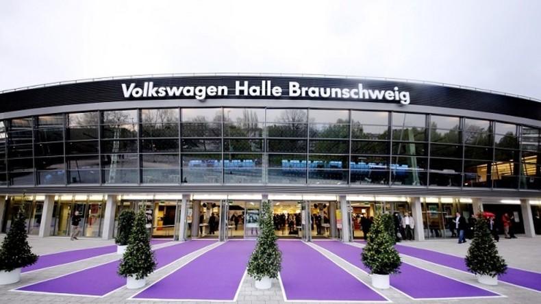 """Volkswagen """"neutralisiert"""" sich: Hallenname wird während AfD-Parteitag in Braunschweig abgedeckt"""
