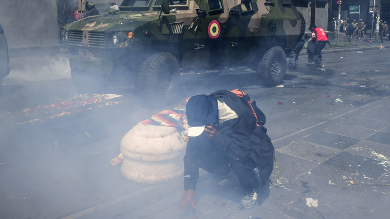 Bolivien: Polizei verschießt massiv Tränengas auf Trauerzug mit Särgen von getöteten Demonstranten