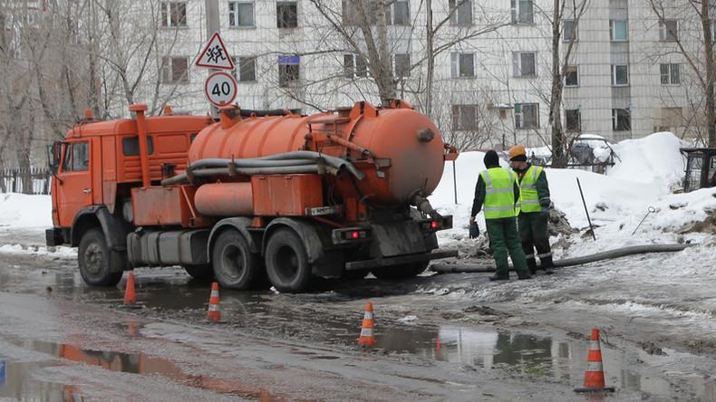 Lieber verkackt als verbrannt: Fäkalienwagen löscht BMW X6 auf Autostraße in Russland