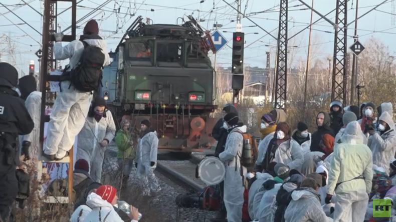 """Kohleausstieg: """"Ende Gelände"""" besetzt Tagebaue und Gleise in der Lausitz (Video)"""