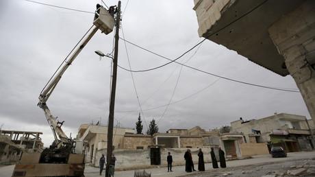 Anwohner versuchen einen Strommast zu reparieren, Chan Schaichun, Provinz Idlib, Syrien, 4. März 2016.