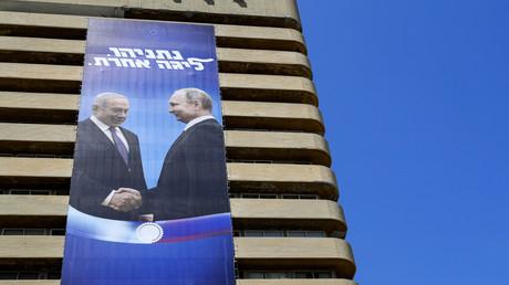 Für die zweiten Parlamentswahlen im September präsentierte sich Benjamin Netanjahu auf riesigen Plakaten in Tel Aviv als großer Staatsmann und Freund von Wladimir Putin. Damit hoffte er, Stimmen der russischsprachigen Gemeinschaft für sich zu gewinnen.