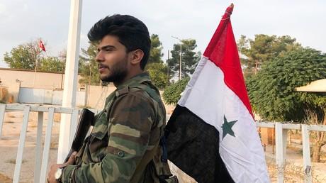Ein Soldat der syrischen Armee auf Wacht bei Aleppo.