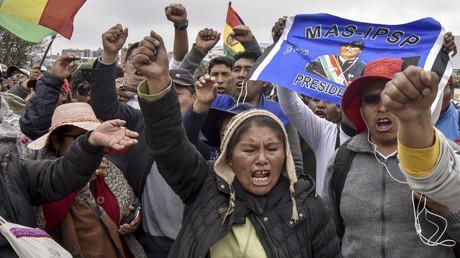 Anhänger der MAS-Partei von Präsident Evo Morales, protestieren am 5. November vor dem Internationalen Flughafen in El Alto gegen Oppositionspolitiker Luis Fernando Camacho.