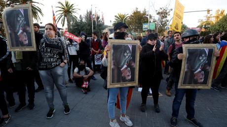 Aus Protest gegen den Besuch von König Felipe VI. Kataloniens halten Demonstranten dessen Porträt verkehrt herum (Barcelona, 4. November 2019).