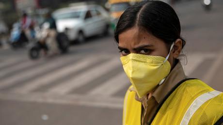 Eine Polizistin mit Maske gegen die Luftverschmutzung, Neu-Delhi, Indien, 4. November 2019