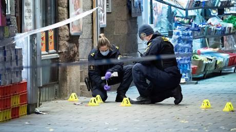 Forensiker der schwedischen Polizei untersuchen den Tatort an dem ein 15-Jähriger erschossen wurde, Malmö, Schweden, 9. November 2019
