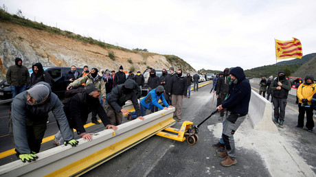 Mitglieder einer katalanischen Protestgruppe blockieren die Autobahn AP-7 an der spanisch-französischen Grenze, 11. November 2019