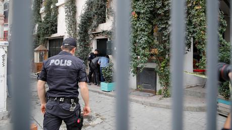 Türkische Polizisten vor der Wohnung von James Le Mesurier in Istanbul, Türkei, am 11. November 2019.