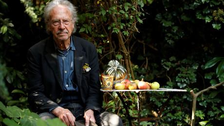 Der österreichische Schriftsteller Peter Handke posiert am 10. Oktober 2019 in seinem Garten in Chaville bei Paris für Fotografen. Kurz zuvor wurde bekannt, dass er den Literaturnobelpreis für 2019 erhalten hat.