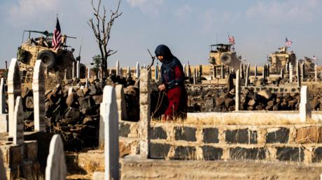US-Soldaten fahren an einem Friedhof in Syrien vorbei (Bild vom 31. Oktober). Durch die US-geführten Kriege seit 2001 sind laut einer neuen Studie über 800.000 Menschen durch direkte Kampfhandlungen ums Leben gekommen.