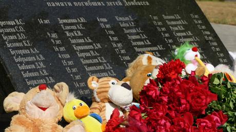 Ein Gedenkstein an der Allee der Engel in Donezk mit den Namen der im Donbass-Krieg getöteten Kinder