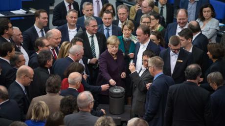 Bundeskanzlerin Angela Merkel (CDU) stimmt am 15. November für das Klimapaket im Bundestag.
