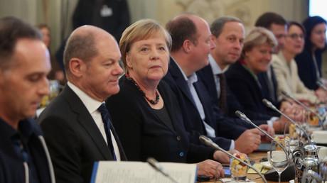 Sinkendes Vertrauen: Bundeskanzlerin Angela Merkel mit ihrem Kabinett bei der Sitzung auf Schloss Meseberg am vergangenen Sonntag