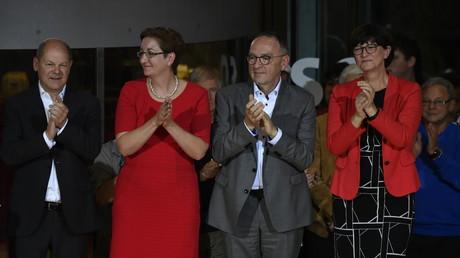Applaus: Die beiden Kandidaten-Duos im Oktober in der SPD-Parteizentrale