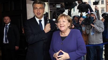 Kroatiens Ministerpräsident Andrej Plenković empfing am 20. November Bundeskanzlerin Angela Merkel mit einem Regenschirm bei ihrem zweiten Besuch in sechs Monaten in Zagreb.