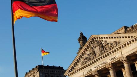 Künftig auch vor Schulen? Schwarz-rot-goldene Fahne vor dem Reichstag