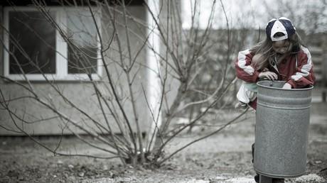 In Deutschland ist jedes fünfte Kind von Armut betroffen. Pech haben vor allem jene, deren Eltern Hartz IV beziehen und denen das Amt dieses wenige Geld als Strafmaßnahme weiter kürzt.