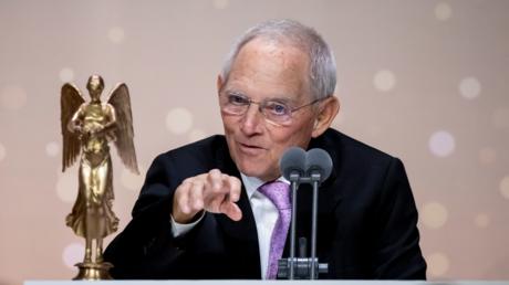 Wolfgang Schäuble bei seiner Auszeichnung mit der Ehren-Victoria des Verbandes Deutscher Zeitschriftenverleger (VDZ) im November 2019 in Berlin