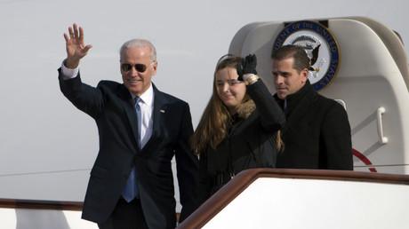 Joe Biden trifft am 4. Dezember 2013 mit Sohn Hunter und Enkelin Finnegan in der chinesischen Hauptstadt Peking ein. Wie in der Ukraine wird dem Ex-Vizepräsidenten auch in China vorgeworfen, sein Amt für die Geschäfte seines Sohnes missbraucht zu haben.