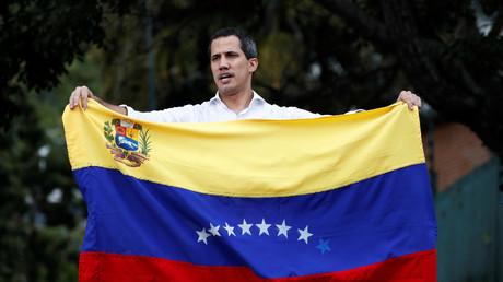 Juan Guaidó schwenkt bei einem Treffen mit Unterstützern in der Nähe der bolivianischen Botschaft in Caracas, Venezuela, am 16. November 2019 die venezolanische Flagge.