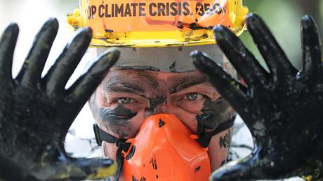 Ein Umweltaktivist protestiert am 5. November 2019 in Rio de Janeiro gegen die Pläne der brasilianischen Regierung, Förderlizenzen für Ölfelder vor der Küste Brasiliens zu versteigern