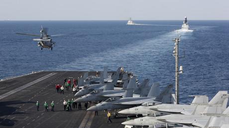 Der US-Flugzeugträgerverband USS Abraham Lincoln durchquert am 19. November die Straße von Hormus auf dem Weg in das neue Einsatzgebiet im Persischen Golf.